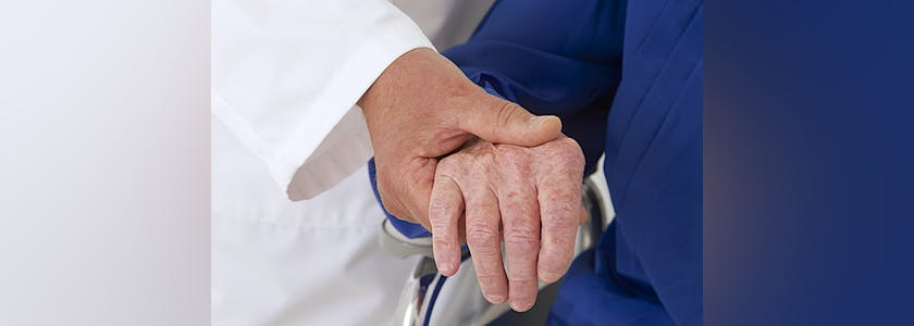 Hôpital – Tenir la main d'une personne âgée
