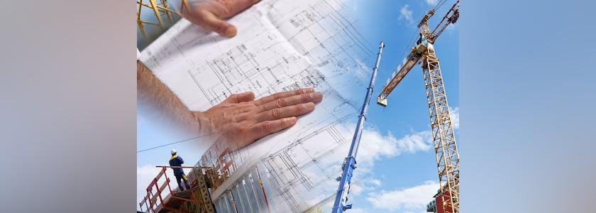 Photo de grues, de mains sur un plan d'architecte figurant des travaux