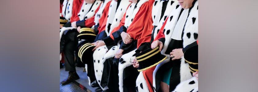 Magistrats assis en rang lors d'une rentrée solennelle