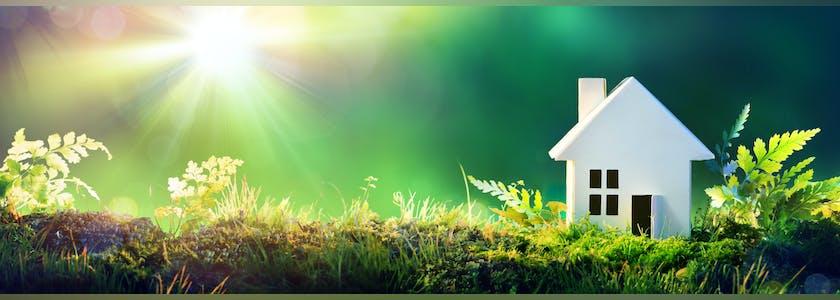 Photo conceptuelle d'écologie, une maquette de maison est posée sur de l'herbe