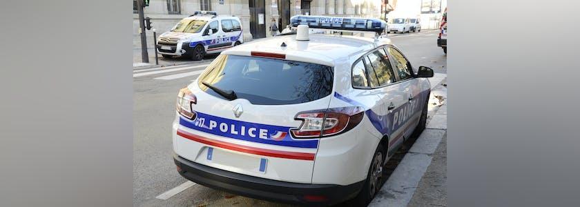 Voitures de police garées dans la rue.