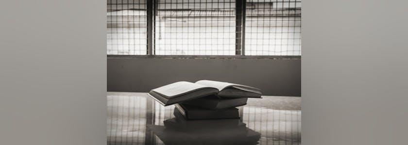 Un livre ouvert dans une prison